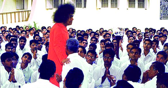 sai_baba_amongst_devotees